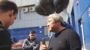 Экс-мэру Запорожья на день рождения подарили лошадиные фекалии - ФОТО