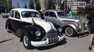 На площади Фестивальной прошла выставка ретро-автомобилей, - ФОТО