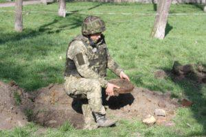 В центре Запорожья коммунальщики обнаружили противотанковую мину - ФОТО