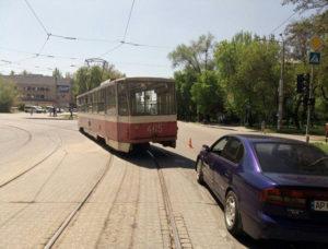 В центре Запорожья трамвай въехал в легковушку - ФОТО
