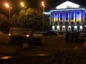 Около мэрии произошло ДТП: такси врезалось в легковушку - ФОТО