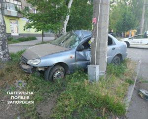 В Запорожье автомобиль с наркоторговцами врезался в столб - ФОТО