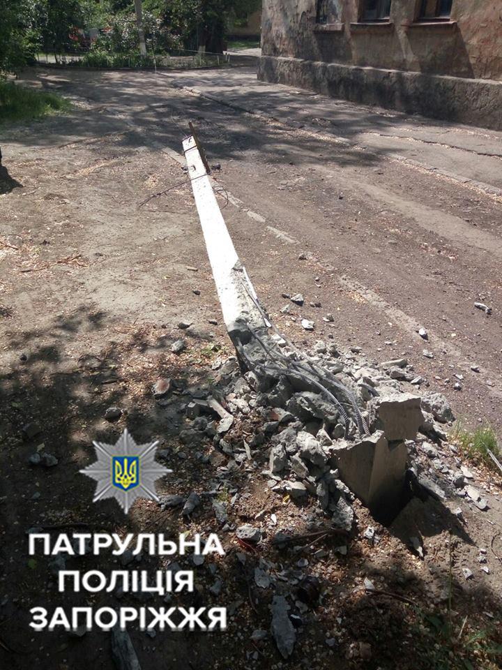 В Запорожье водитель мусоровоза сбил столб электросети и скрылся с места ДТП - ФОТО