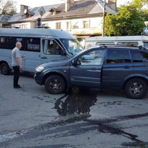 В Запорожье столкнулись маршрутка и внедорожник - ФОТО
