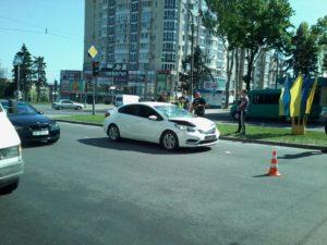 В Запорожье отца с ребенком сбили на проспекте, когда они переходили дорогу - ФОТО