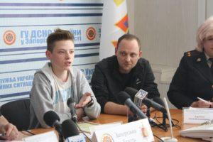 В Запорожье наградили подростка, спасшего от смерти ребенка - ФОТО