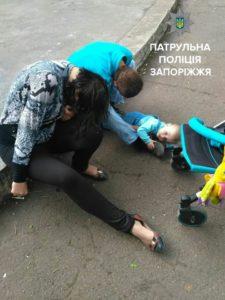 В Запорожье на улице пьяные родители уснули рядом с плачущим ребенком - ФОТО