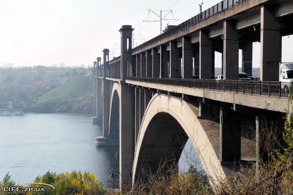 В Запорожье спасли мужчину, который хотел спрыгнуть с моста