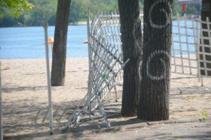 Центральный пляж Запорожья встречает гостей мусором, разбитой плиткой, ржавыми раздевалками и очередными застройками - ФОТО