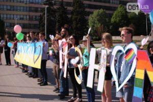 В Запорожье произошло нападение на участников радужного флешмоба – ВИДЕО