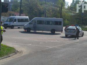 В Запорожье в маршрутку врезалась легковушка - ФОТО