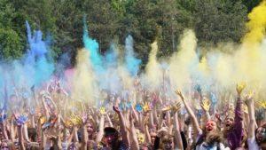 В Дубовой Роще запорожцы стали участниками «разноцветных боев» на фестивале красок - ФОТО