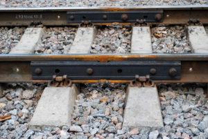 По вине злоумышленников, которые разобрали рельсовые стыки, в Запорожской области задержали прибытие пяти поездов