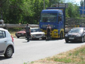 На Набережной в Запорожье столкнулись  грузовик и легковушка – ФОТО