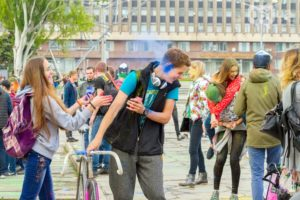 Запорожцы стали участниками «разноцветных боев» на фестивале красок – ФОТО