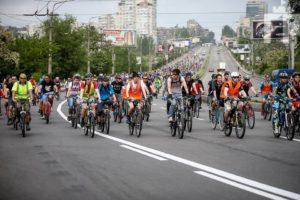 В Запорожье в колонну велосипедистов въехал автомобиль