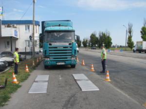 Запорожские перевозчики, нарушая весовые нормы, разрушают дороги области