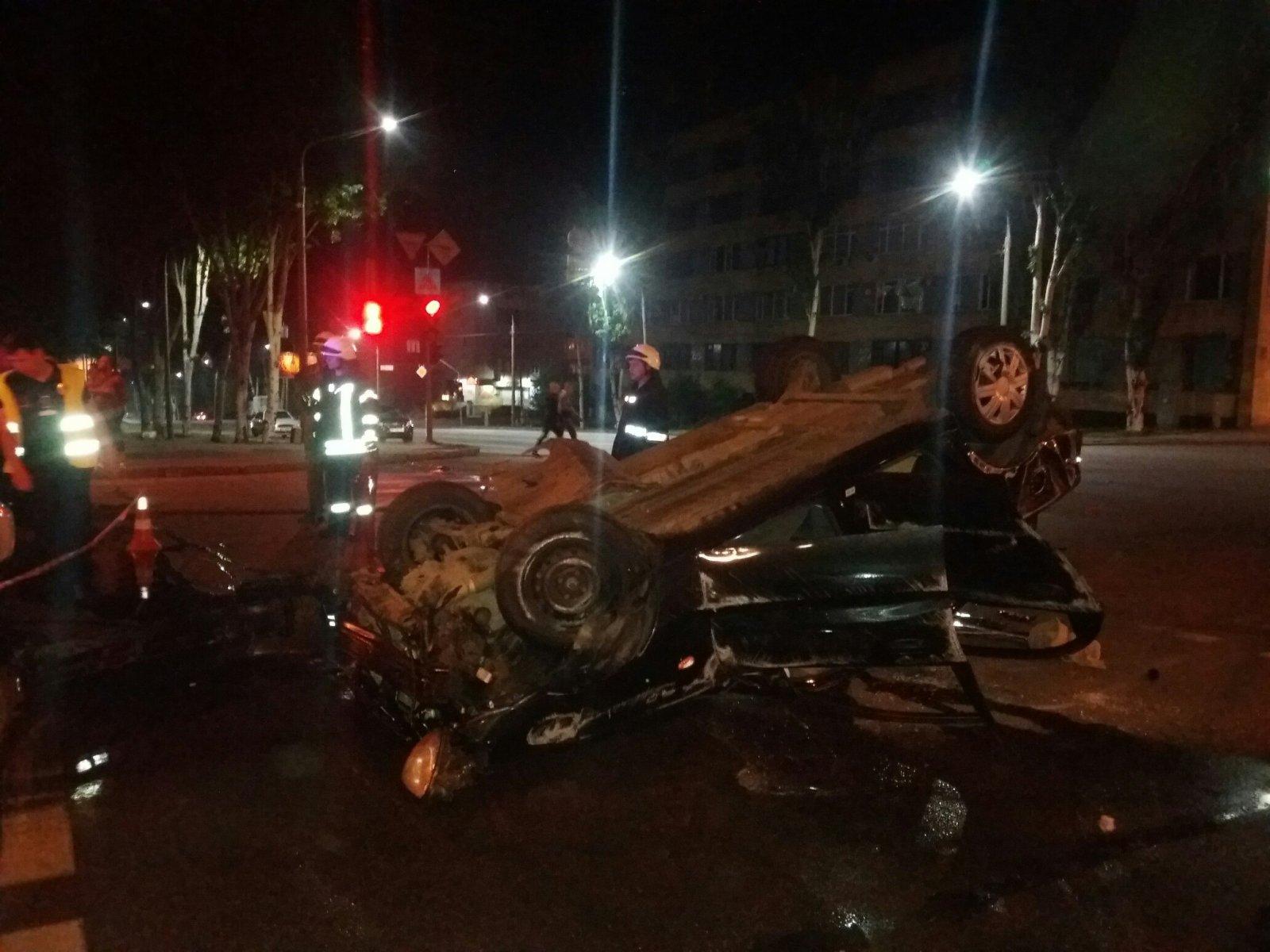 В центре Запорожья произошло серьезное ДТП: водитель не справился с управлением и автомобиль перевернулся - ФОТО