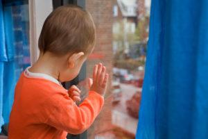 В Запорожье маленький ребенок выпал из окна на крышу магазина
