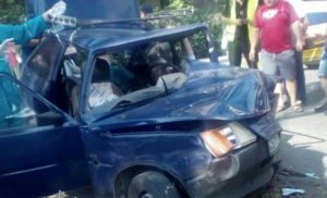 В Запорожье машина врезалась в дерево: спасатели доставали водителя из покореженного авто - ФОТО