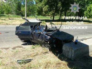 В Запорожье автомобиль на скорости врезался в бетонный блок: есть пострадавшие - ФОТО