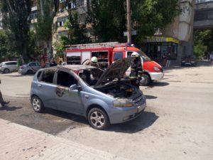 В Запорожье в центре города сгорел автомобиль - ФОТО, ВИДЕО