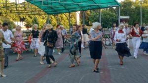 В Запорожье прямо на улице провели мастер-класс по латиноамериканским танцам – ФОТО