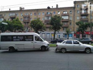 Очередное ДТП: в Запорожье маршрутка с пассажирами влетела в легковушку - ФОТО