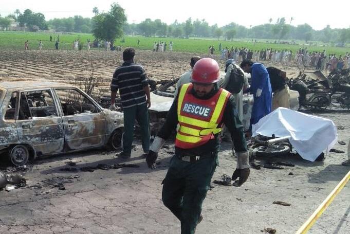 В Пакистане из-за возгорания бензовоза погибло 148 человек - ВИДЕО