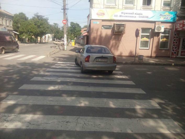 Я паркуюсь, как хочу: водитель оставил свою машину на пешеходном переходе - ФОТО
