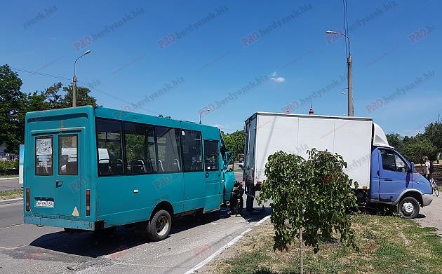 В Запорожской области произошло серьезное ДТП: маршрутка с пассажирами врезалась в грузовик - ФОТО, ВИДЕО