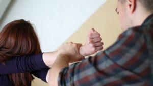 У Запоріжжі в під'їзді багатоповерхівки чоловік зґвалтував 12-річну дівчинку і зняв це на телефон – ФОТО