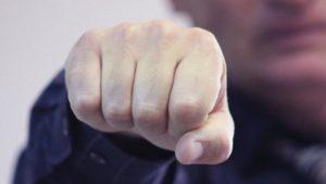 В Запорожье ночью возле супермаркета молодой парень избил и ограбил мужчину