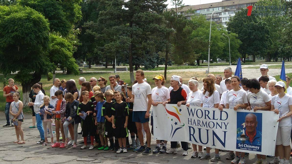 Бег мира: в Запорожье стартовала всеукраинская факельная эстафета - ФОТО