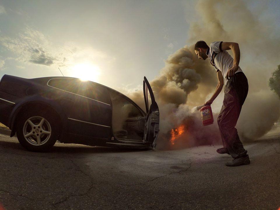 В Запорожье сгорела иномарка: водитель сбежал с места происшествия – ФОТО