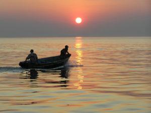 На запорожском курорте ищут двух пропавших рыбаков