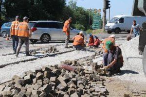 В Запорожье на оживленном перекрестке ремонтируют трамвайный переезд