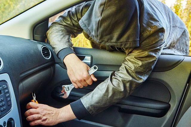 В Запорожье злоумышленник со вкусом украл с BMW парфюмы, пистолет и документы - ФОТО
