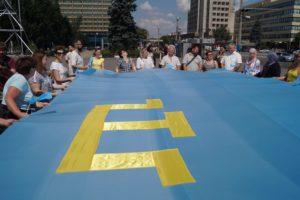 В центре Запорожья подняли крымскотатарский флаг - ФОТО