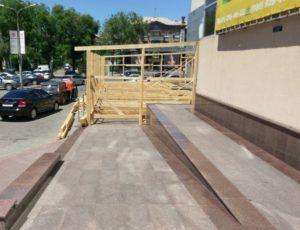 В центре Запорожья устанавливают летнюю площадку кaфе на пандус для инвалидов - ФОТО