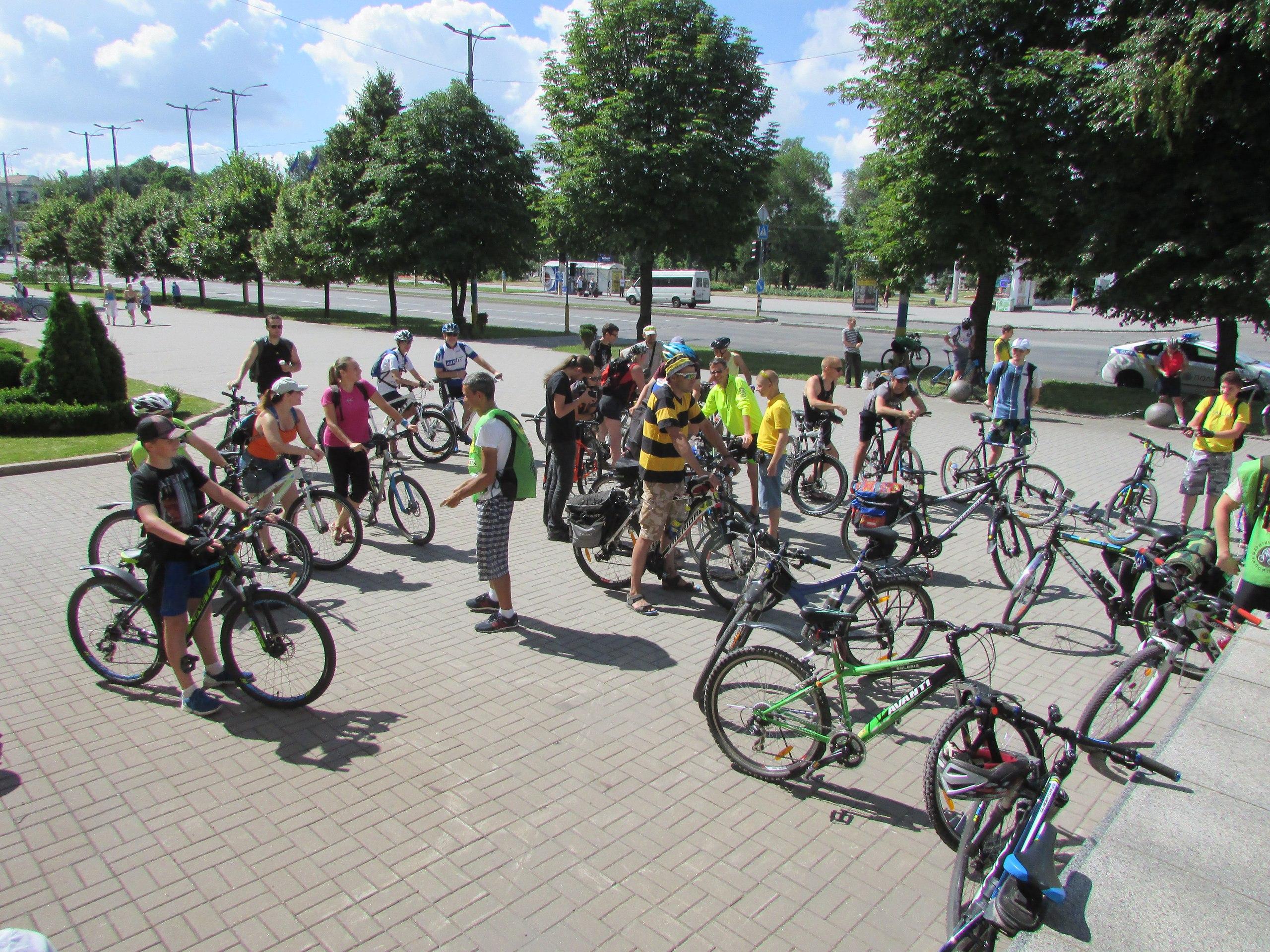 В Запорожье прошла ежемесячная акция велоактивистов «Критическая масса» - ФОТО