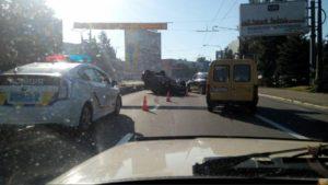 В центре Запорожья перевернулась легковушка: за рулем находилась пьяная девушка - ФОТО