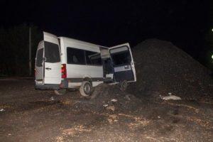 В Запорожской области маршрутка с пассажирами влетела в гору щебня: есть пострадавшие - ФОТО