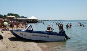 Запорожцы продолжают купаться в шторм: за сутки на Азовском море спасли троих детей