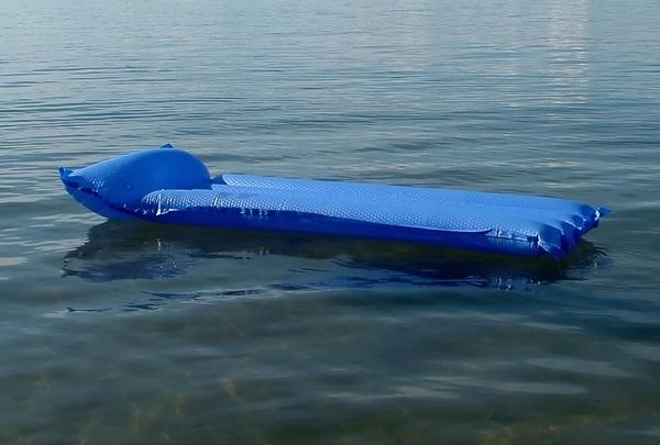 На запорожском курорте женщину с дочкой унесло на матрасе в открытое море
