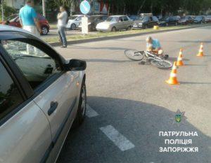 В Запорожье на пешеходном переходе легковушка сбила велосипедиста с ребенком - ФОТО