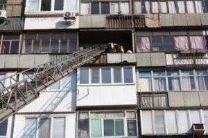 В Запорожье мужчина потерял сознание и едва не погиб в пылающей многоэтажке