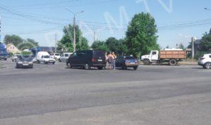 В Запорожской области микроавтобус остался без колеса после того, как выехал на красный свет - ФОТО