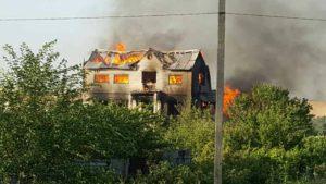 В селе под Запорожьем сгорел трехэтажный дом - ФОТО
