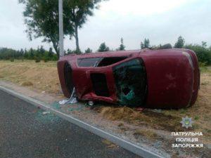 В Запорожье легковушка слетела с дороги и перевернулась на бок - ФОТО